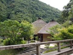 山の中の茅葺屋根